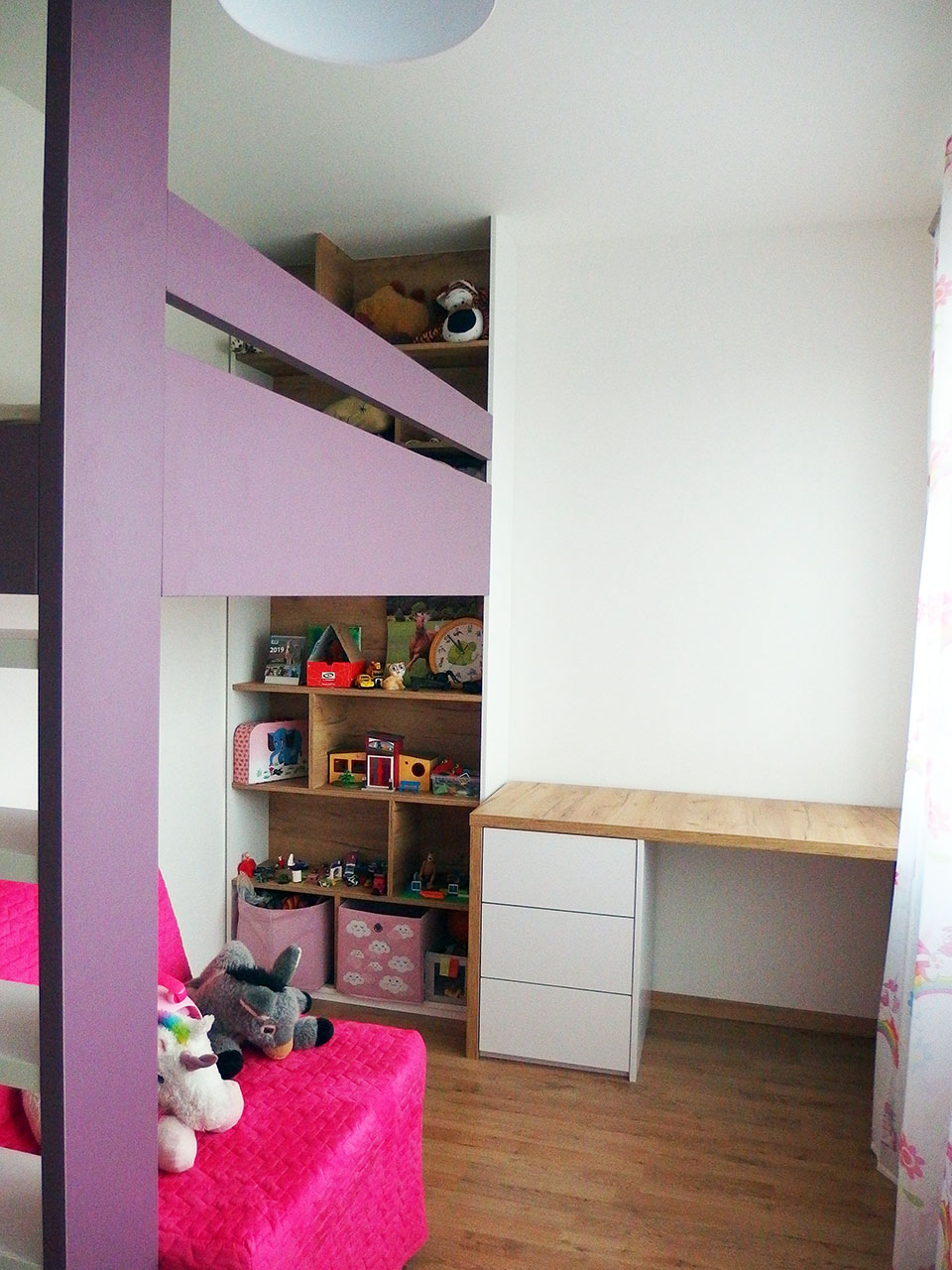 Realizace kompletního interieru vč. patrové postele a otevřené knihovny do dětského pokoje pro holčičku Praha 9