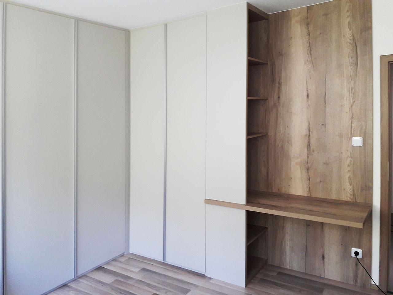 Bílá pantová skříň s pracovním stolem a otevřenými policemi v dřevodekoru